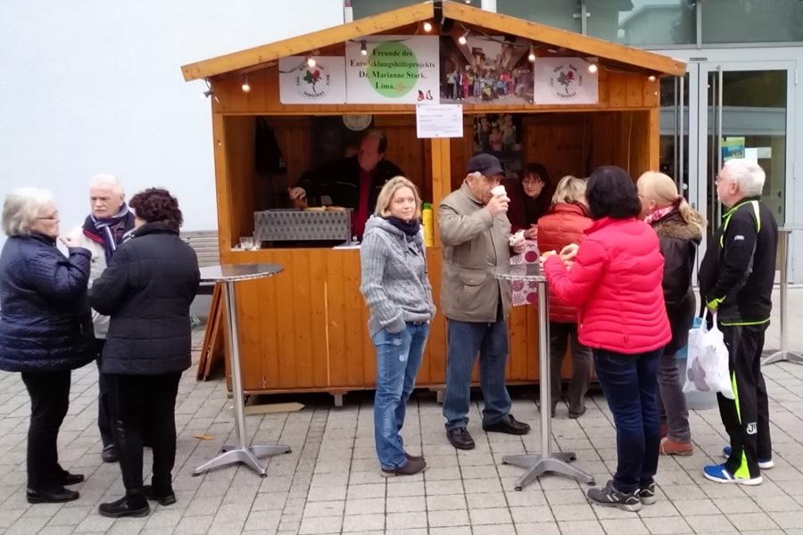 Glühweinhütte vor dem Rathaus