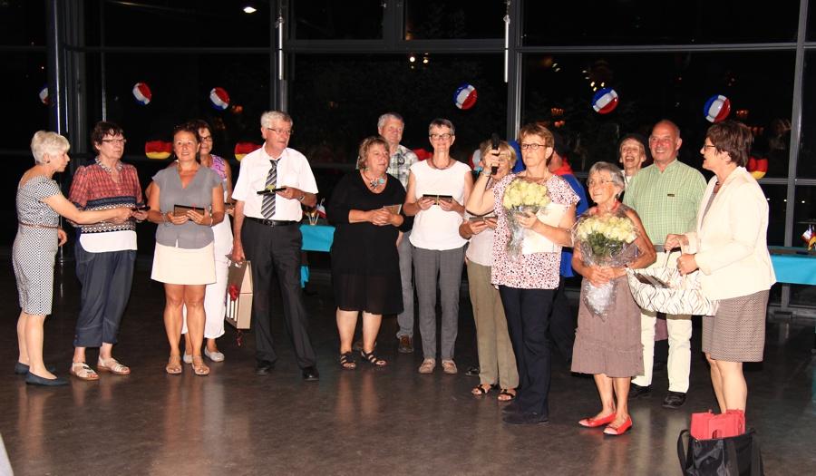 Vorsitzende Felicitas Naß übergibt Erinnerungspräsente an die Comité-Mitglieder von Saint-Gervais