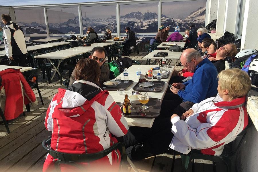 Jean-Marie und seine Skigruppe haben sich als erste einen Platz an der Sonne reserviert
