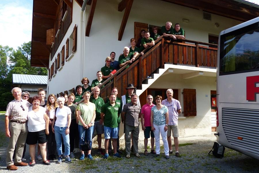 Die ganze Reisegruppe vor der Unterkunft