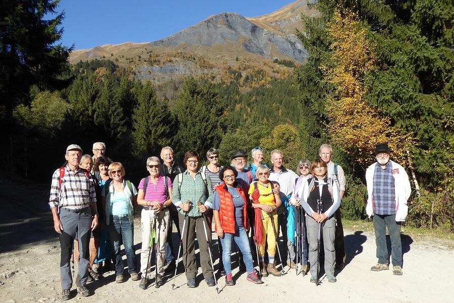 Die Gruppe beim Wandern oberhalb von Contamines