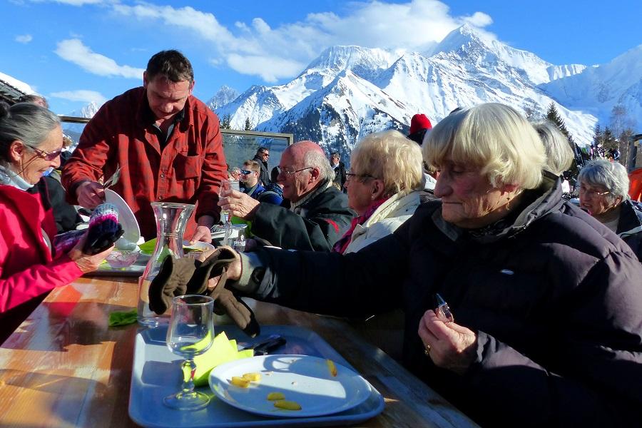 Treffen mit Mitgliedern vom französischen Komitee in der Skihütte Le Schuss