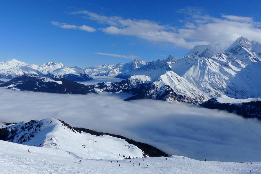 Bergpanorama mit Wolken überm Tal