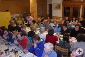 Beim Abendessen im Familien-Freizeitheim geht es urig zu