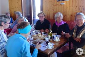 """Zünftiges Mittagessen in der Berghütte """"Le Schuss"""""""