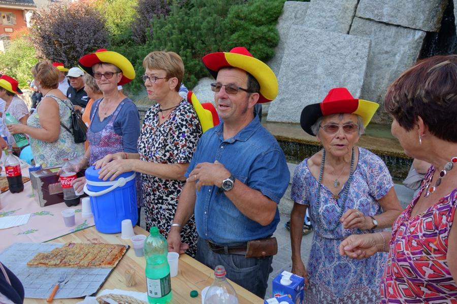 Mitglieder des Comités am Waldbronn-Brunnen.