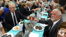 BM Jean-Marc Peillex und BM Franz Masino stoßen auf die 30-jährige Partnerschaft an