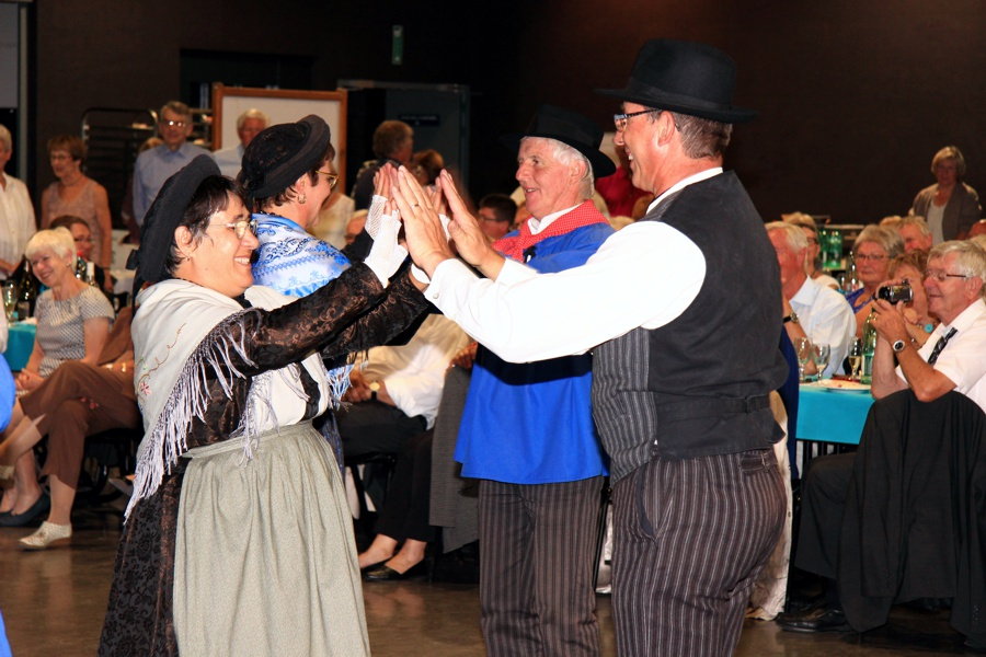 Die Volkstanzgruppe Les Chamoschires begeisterte mit ihren Reigentänzen
