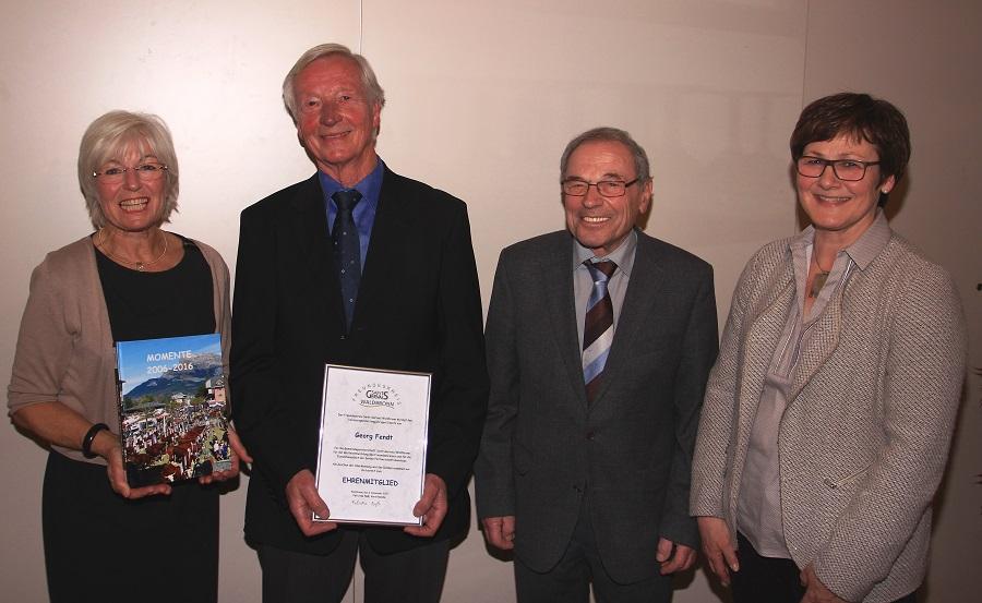 Vorsitzende F. Naß mit Heide Müller, Ehrenmitglied Georg Fendt und Günter Nofer