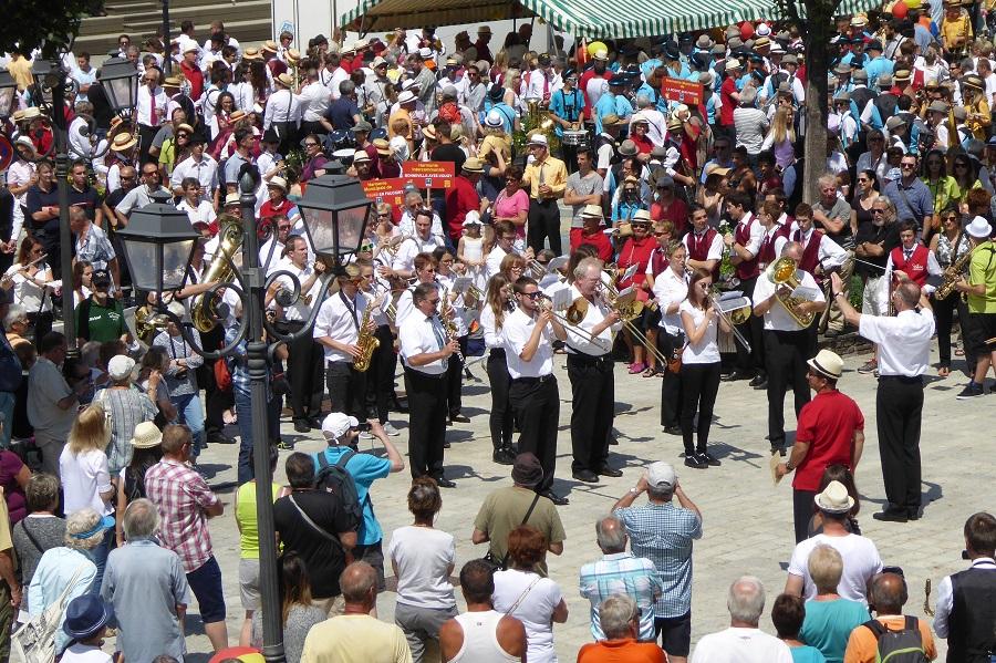 Der Musikverein Edelweiß spielt vor der Ehrentribüne