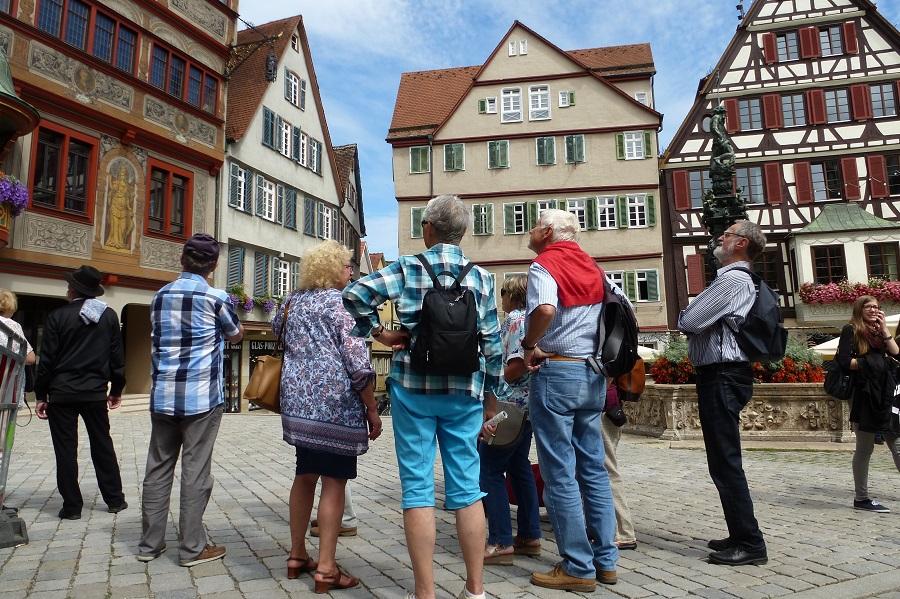Vor dem Tübinger Rathaus