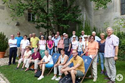 Die Ausflügler warten vor dem Kloster Bebenhausen auf die Schlossführung
