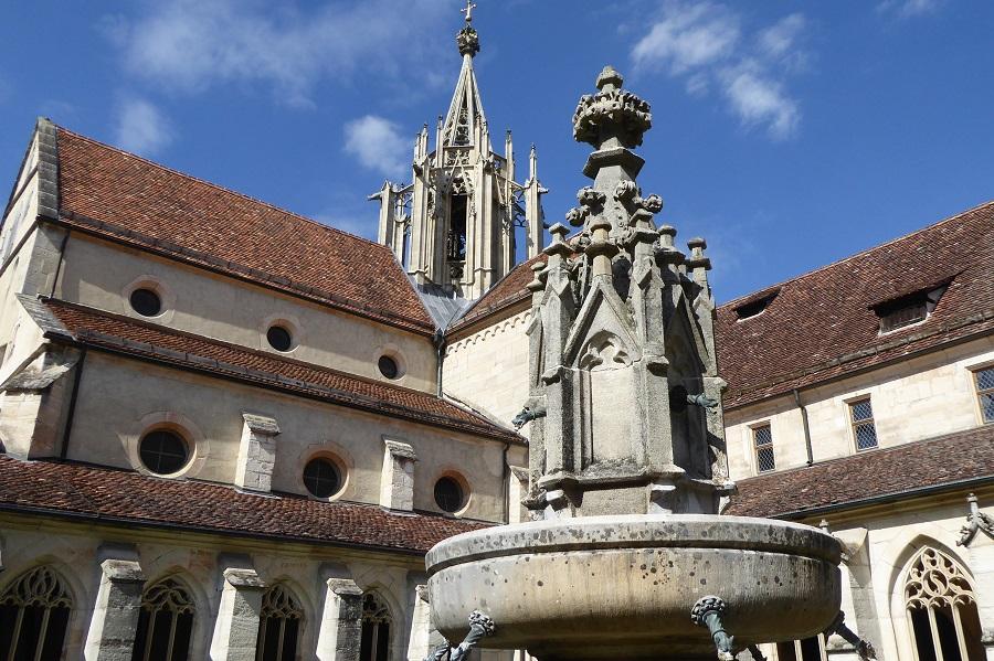 Brunnen und Kreuzgang im Kloster Bebenhausen