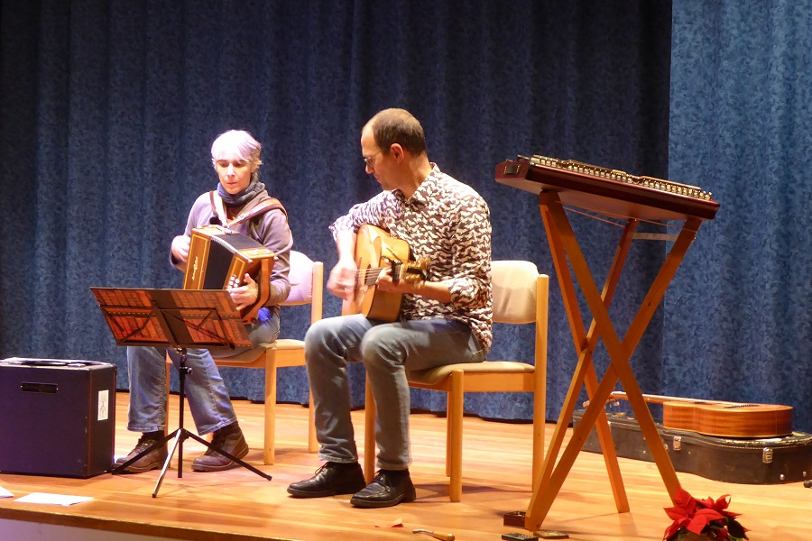 Die Folk-Musik von dem Ensemble Petra Sieb-Puchelt und Sven Puchelt kam bei den Gästen aus dem Hochgebirge sehr gut an