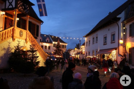 Die Deidesheimer Altstadt - hier das alte Rathaus - begeisterte die Besucher aus Saint-Gervais und Waldbronn