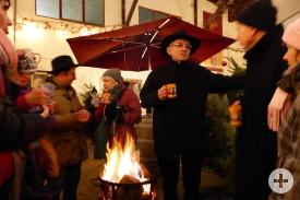 Ein Feuer, Glühwein und nette Gespräche förderten die äußere und innere Wärme