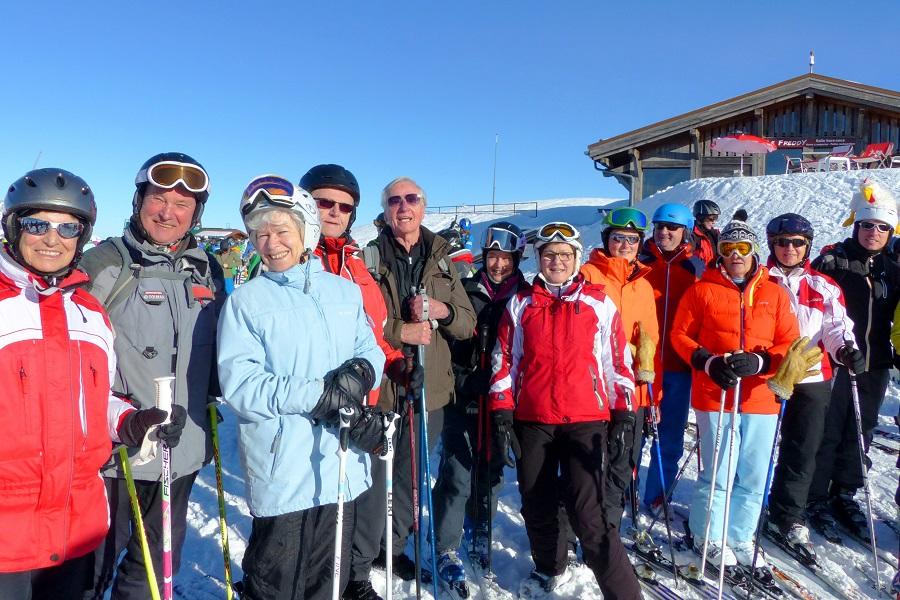 Busfahrer Richard Linder (4. v.l.) und Ex-Vize Georg Fendt (5. v.l.) als Spaziergänger unter den Skifahrern