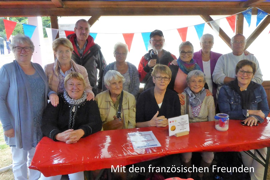 Französische und deutsche Freunde feiern zusammen