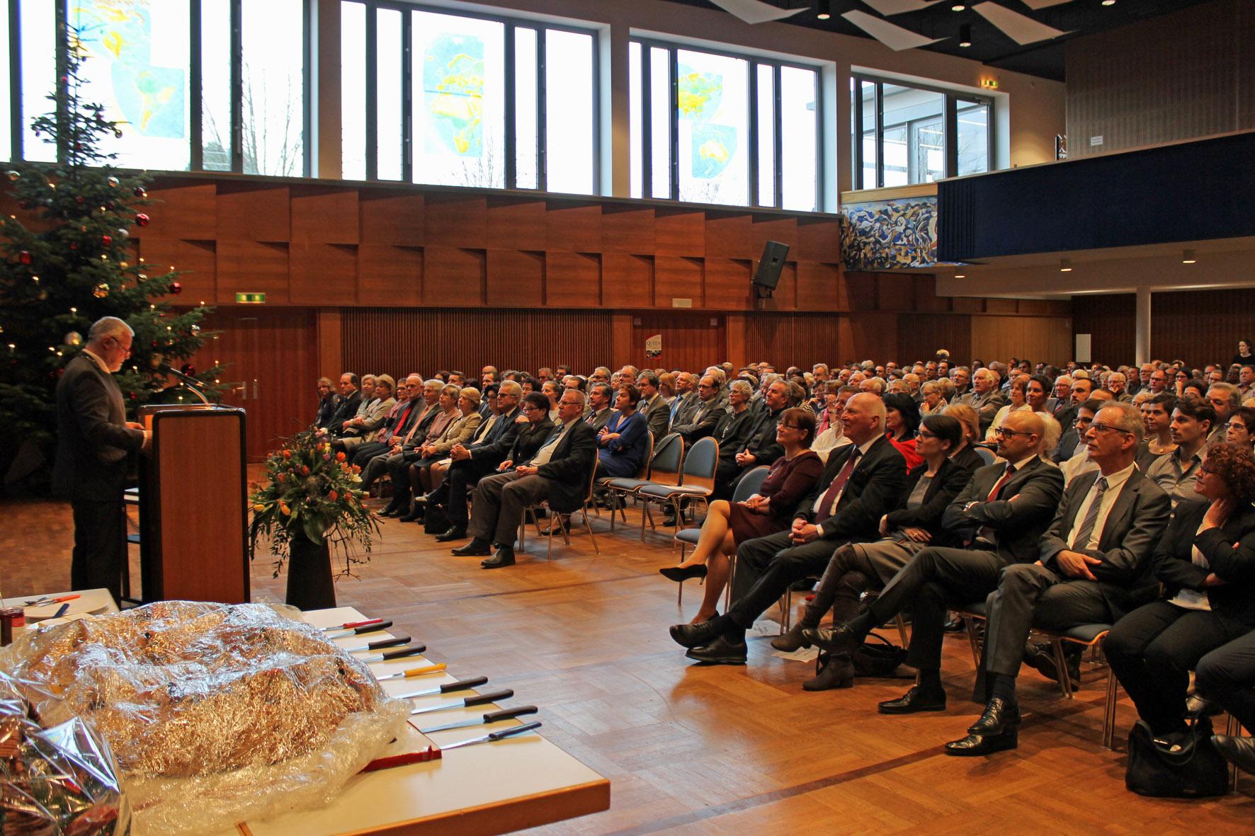 Blick in das vollbesetzte Kurhaus: Bürgermeister Franz Masino am Rednerpult.