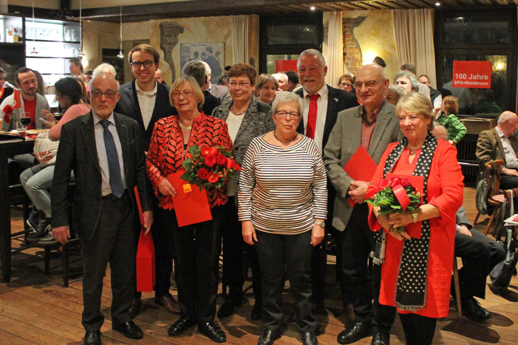 Die SPD ehrte vediente Mitglieder v.l.: Dr. Hans-Hermann Klumpp, Christian Holzer (Kreisvorsitzender), Birgit Klumpp, Gabriele Bitter (Ortsvorsitzende), Helga Müller, Bürgermeister Franz Masinio, Dr.Wolfgang Martin und Marianne Müller.