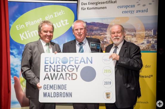 Umweltminister Franz Untersteller (links) und Armand Dütz (rechts) von der EEA-Bundesgeschäftsstelle haben den Award an Bürgermeister-Stellvertreter Joachim Lauterbach verliehen.    Bilder (2). Martin Stollberg