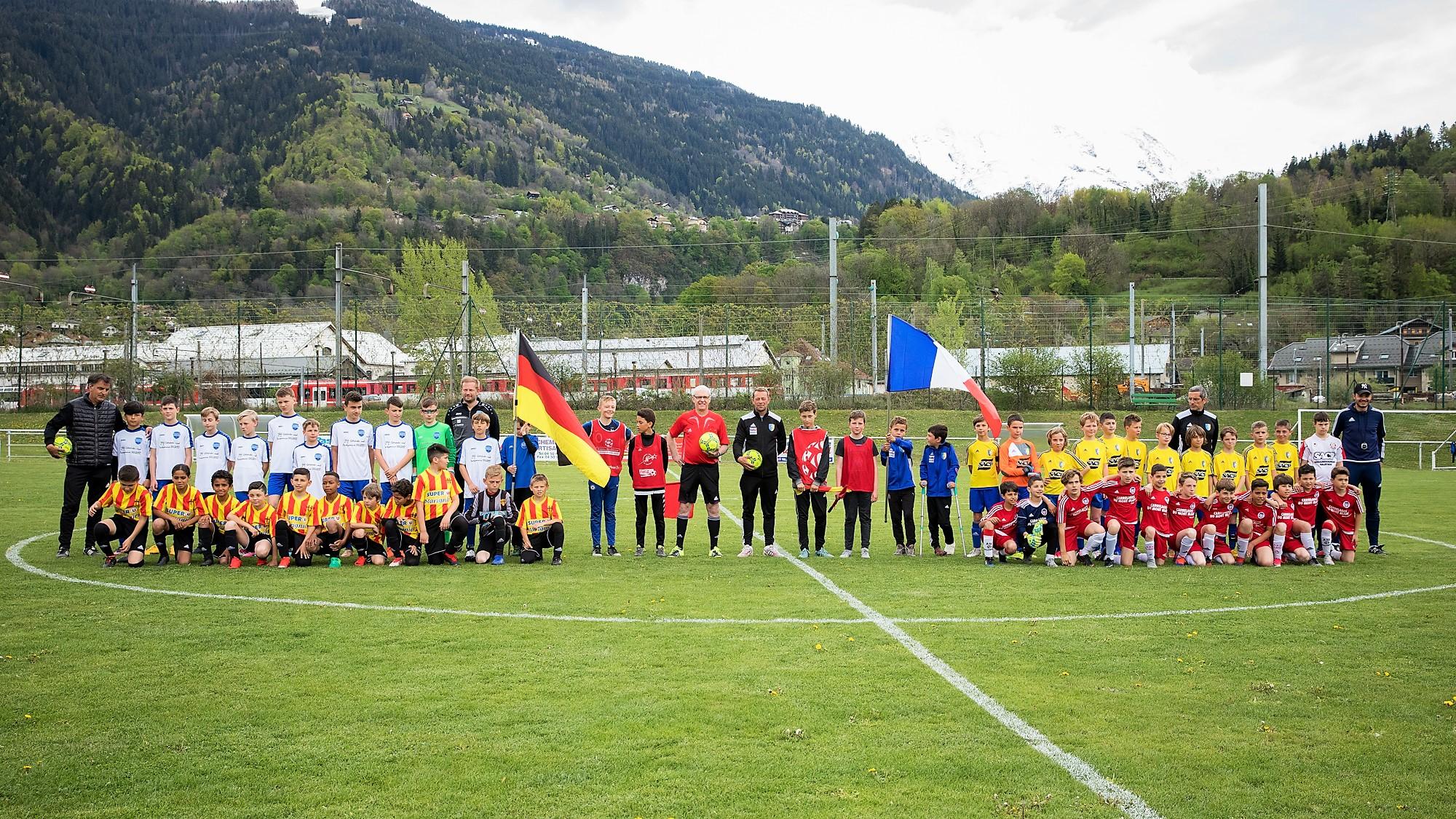 Die Jugendfußballer des TSV Reichenbach (in den weißen Trikots) gemeinsam mit befreundeten Mannschaften beim Freundschaftsturnier in St.Gervais.