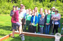 Eine Gruppe legte im Garten der Anschlussunterbringung einen neuen Sandkasten.