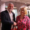 Bürgermeister Franz Masino gratuliert Beate Allion zur Neueröffnung ihrer Boutique.