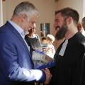 Bürgermeister Franz Masino begrüßt den neuen Gemeindepfarrer Andreas Waidler.
