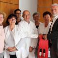 Sein Praxisteam und Bürgermeister Franz Masino gratulieren Dr. Helmut Sauer zu seinem 50-jährigen Praxisjubiläum.