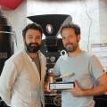 Sven Herzog (links) und Jochen Ludat vor dem Herzsück des Röstwerks, der Röstanlage.