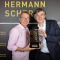 Veranstalter Hermann Scherer überreichte Heiko Breckwoldt (links) den Speaker Excellence Award.          (Bild: Christina Pörsch)