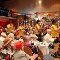 Bei ihrem Einzug sorgten die Lyra Fetzer bereits für gute Stimmung bei den Senioren.