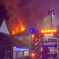 Bis in die Morgenstunden war die Feuerwehr mit rund 70 Einsatzkräften vor Ort, um den Brand zu bekämpfen.