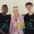 Santino Anderer (rechts) traf gemeinsam mit einem Mitstreiter im Februar diesen Jahres die Umwelt- und Naturschützerin Jane Goodall in Tansania, wo sie den Startschuss für eine Kampagne zum Schutz der Artenvielfalt gab.