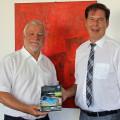 Bürgermeister Franz Masino freut sich, die ersten Ausgaben aus der Hand von Ralf Krauss, Geschäfts-führer des KGM Verlags, entgegen zu nehmen.