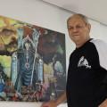Der Ettlinger Künstler Constantin Muntean beim Aufhängen seiner Bilder.