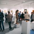 Mit rund 120 Gästen war die Ausstellungseröffnung mit den Werken von Erwin A. Schinzel in der ehemaligen Musikschule sehr gut besucht. Bild: Samuel Mindermann
