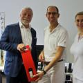 Bürgermeister Franz Masino gratulierte Dr. Peter Peljak und seiner Mitarbeiterin Tina Maier zur Neueröffnung der Praxis in der Pforzheimer Straße.