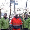Franz Linemann (l) und Karl-Heinz Kessler (r), Schwarzwaldverein sowie Rolf Fecker (mitte), Bauhof arbeiten bei der Neubeschilderung der Terrainkurwege eng zusammen.