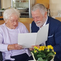 Bürgermeister Franz Masino gratulierte Katharina Roth zu ihrem 100.Geburtstag. Dass sie noch fehlerfrei und zügig lesen kann bewies sie, indem sie selbst die Glückwünsche von Ministerpräsident Winfried Kretschmann vorlas.   Bild: privat