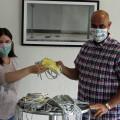 Sozialarbeiter Thomas Christl nimmt die selbstgenähten Masken entgegen.    Foto: Gemeinde Waldbronn