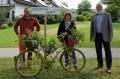 Waldbronn radelt mit: Samuel Schöpfle (Gemeindegärtnerei), Cora Strack (Umweltamt) und Bürgermeister Franz Masino freuen sich über die gelben Fahrräder, die auf die STADTRADELN-Kampage aufmerksam machen sollen.    Bild: Gemeinde Waldbronn