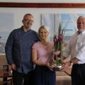 Bürgermeister Franz Masino gratuliert Ehepaar Jurcevics zur Neueröffnung ihres Restaurants.   Bild: Gemeinde Waldbronn