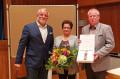 Bürgermeister Franz Masino mit Ehepaar Inge und Joachim Lauterbach.  Bild: Gemeinde Waldbronn