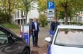 Bürgermeister Franz Masino und EnBW-Kommunalberater Thomas Pfeifle beim Testen der Ladestation in der Talstraße.  Bild: Gemeinde Waldbronn