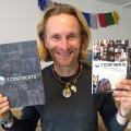 Extremsportler Norman Bücher mit seinen neu erschienenen Büchern.   Bild: privat