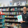 Sven Puchelt von der Buchhandlung LiteraDur zeigt stolz die Auszeichnungsurkunde.  Bild: Gemeinde Waldbronn