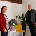 Bürgermeister Franz Masino gratuliert Stephanie Gusset zur Neueröffnung ihrer Trainingsräume.  Bild: Gemeinde Waldbronn
