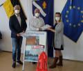 Anja Lehnertz und Rüdiger Naß übergeben die Unterschriften für ein Bürgerentscheid an Bürgermeister Franz Masino.  Bild: Gemeinde Waldbronn